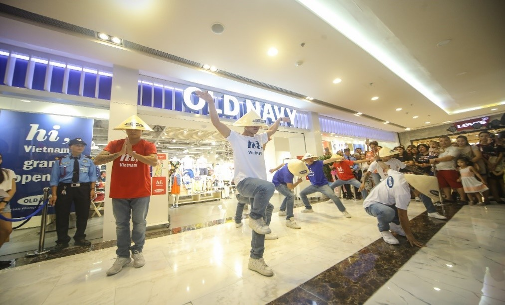 71fe3176 The event started with the vivacious performance of dancers who wore the  printed logo 'hi, Vietnam' tees, the most flexible Built-in-flex Old Navy  jeans and ...